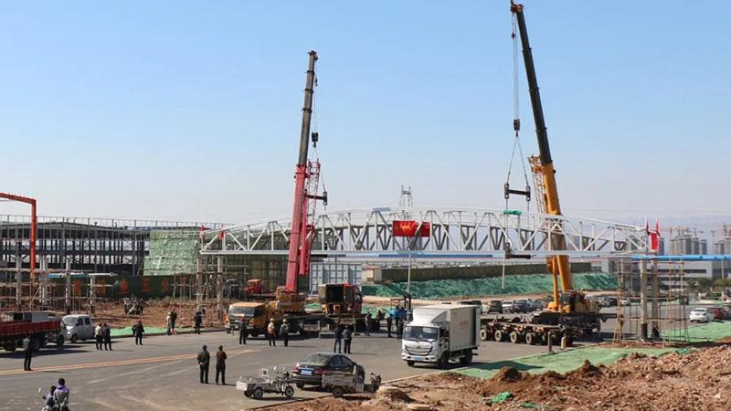 华建铝桥·承载美好——华建·五分厂铝合金天桥主体成功吊装